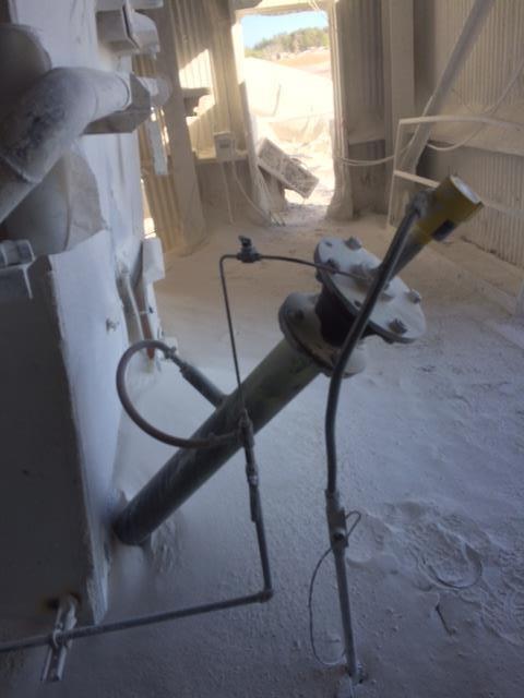 The VEGAPULS 69 radar sensor for bulk solids level measurement mounts at an extreme angle on the Lhoist clinker cooler.
