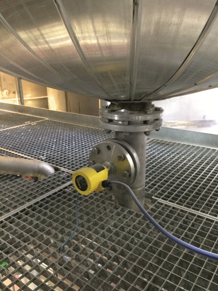 Electronic differential pressure measurement of a master sensor in a distillation tank.