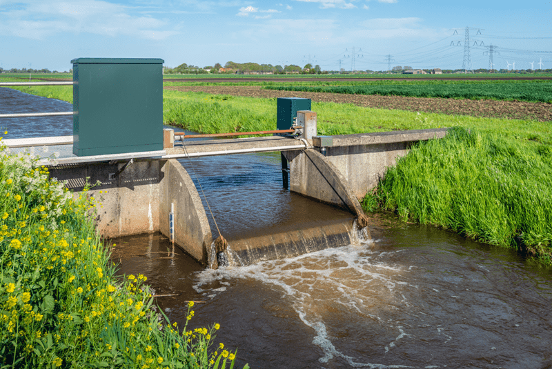 Small weir for water level control