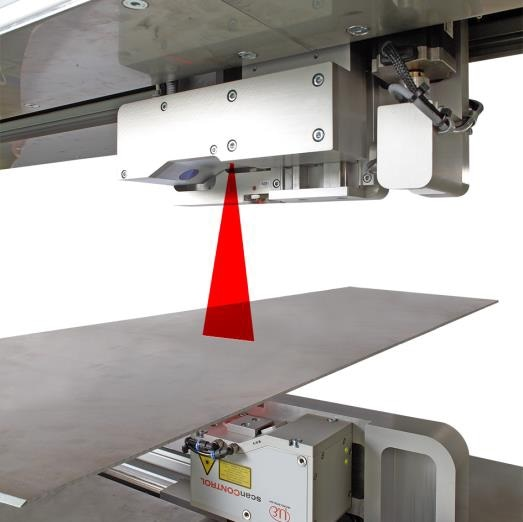 The laser spot is extended to a laser line, so that more measurement values over a larger area are averaged (best-fit line), giving substantially greater precision
